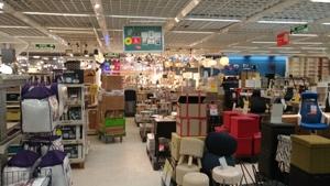 Photo du magasin Conforama et de ses allées trop encombrées pour laisser passer les fauteuils roulants