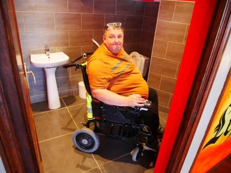 Photo de Philippe nous démontrant que les sanitaires du Danieli sont largement accessibles aux fauteuils roulants