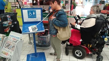 Photo de la caisse réservée aux personnes en situation de handicap, équipée d'un téléphone spécifique