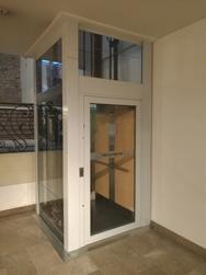 Photo montrant l'ascenseur de la mairie incriminé dans cet article