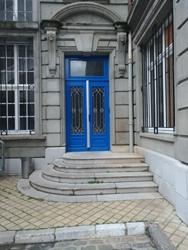 Photo montrant la volée d'escaliers conduisant à la salle du public pour assister au Conseil Municipal