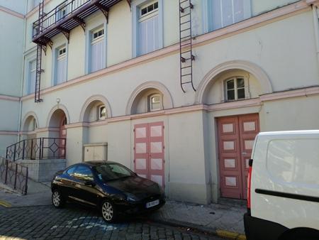 Photo montrant la façade du thêatre de Boulogne, une voiture garée bloquant l'accès à la rampe destinée aux personnes à mobilité réduite