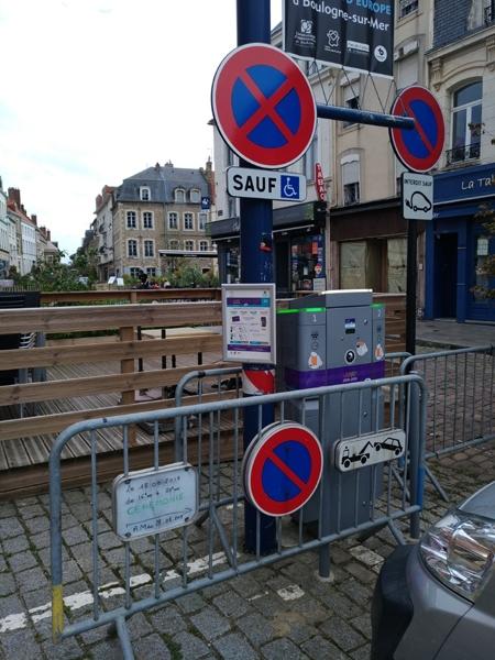 Photo d'une place de stationnement réservée interdite pour cause de cérémonie