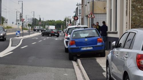 Voitures garées sur un trottoir d'une rue de Calais, empêchant les piétons de passer