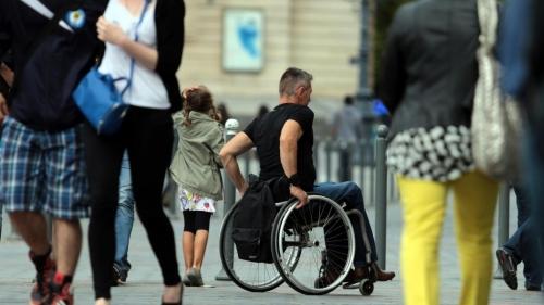 Image d'archive la Voix du Nord, avec une personne en fauteuil roulant